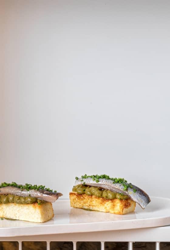Brioche de sardina y kimchi de grelos